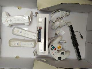Nintendo Wii con un mando y accesorios