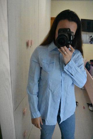 Camisa azul.