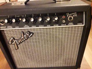 Fender con reverb a muelles Frontman 15