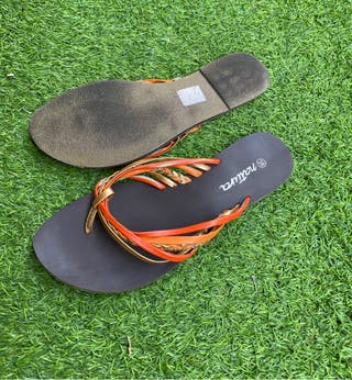 Sandalias naranjas planas de Natura