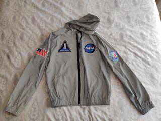 Chaqueta reflectante con capucha (parches NASA)