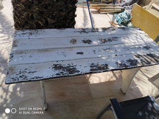 mesas de madera esterior banco y cuatro sillas
