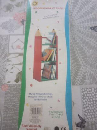 estantería de libros infantil