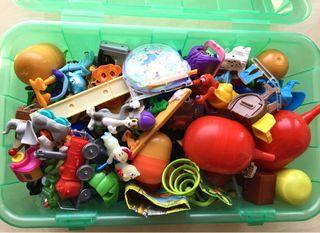 Caja con figuras de huevo Kinder