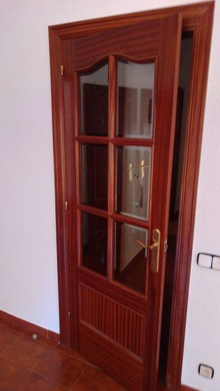 Puerta de interior de madera con cristal
