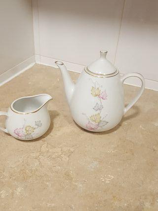 tetera y lechera de porcelana
