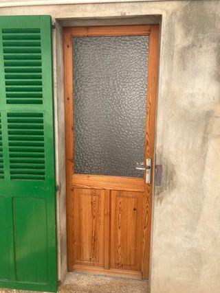 Puerta de madera y cristal