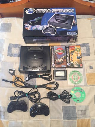 Sega Saturn en caja con juegos