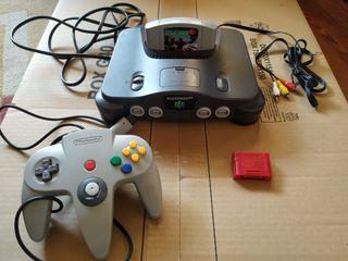 Nintendo 64 con juego y memoria.