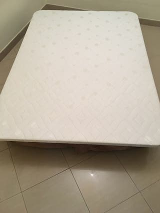 Colchón y base tapizada con 6 patas