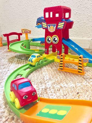 Pista coches juguetes circuito con coches y rampas
