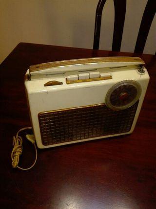 radio portátil antigua a válvulas