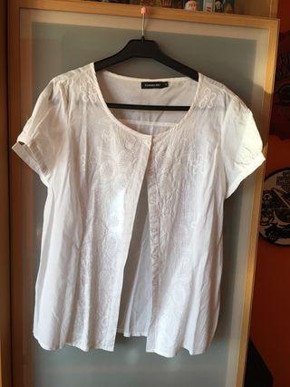 Blusa blanca con bordados muy fina
