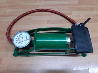 Bomba de pie con manómetro