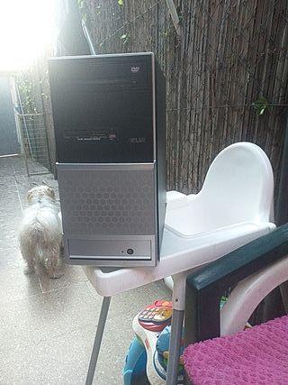 torre de ordenador y monitor