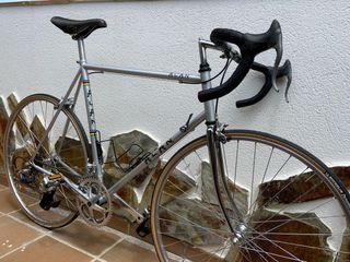 Bicicleta carretera clásica restaurada