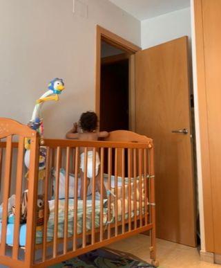 Cuna de bebé y cómoda cambiador/bañera