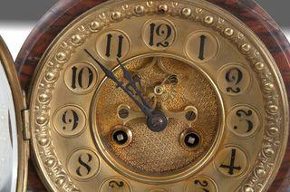 Venta de reloj de sobremesa muy antiguo.
