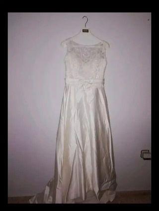 Vestido de novia, con cola desmontable, con velo