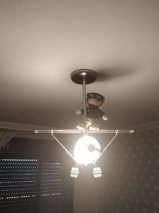 Preciosa lámpara infantil en forma de avioneta