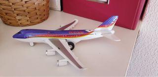 Avión comercial morado
