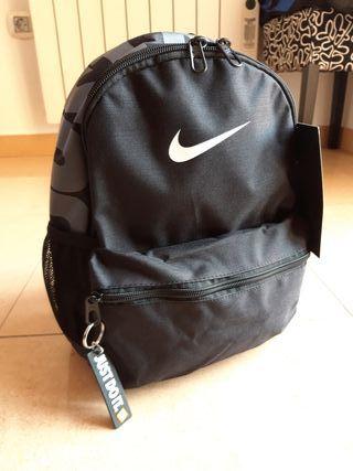 Mochila Nike nueva. 11 litros.