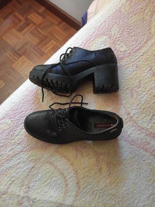 zapato negro de tacón mustang talla 37
