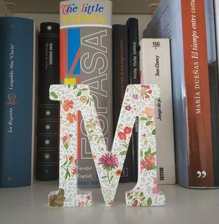 Letra M florecitas rojas