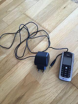 Móvil antiguo marca Nokia con cargador y batería