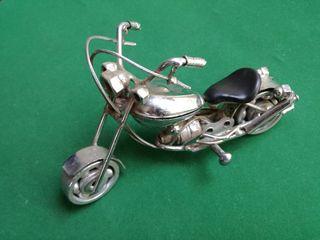Escultura de moto Harley, fabricada de piezas de m