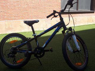 Bicicleta niño nevera negra y azul. Trek MT serie