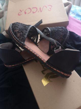 sandalias con correa de encaje negro