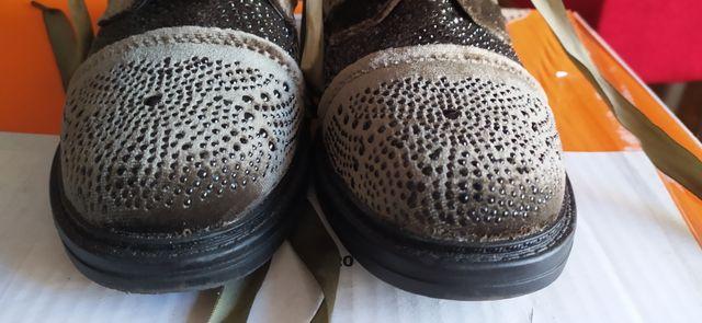 botines de piel de cordones.