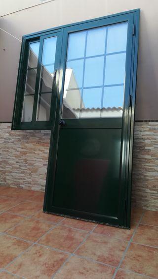 Puerta de aluminio con ventana corredera