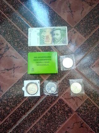 lote de monedas y billete.