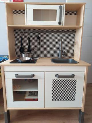 Cocina de juguete de madera con utensilios