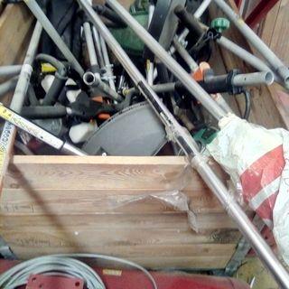 Cajón con repuestos para pértigas para motosierras