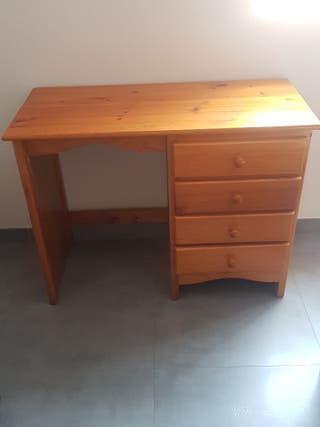 escritorio y mesita de pino.