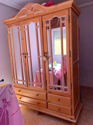 Armario de madera provenzal con espejos