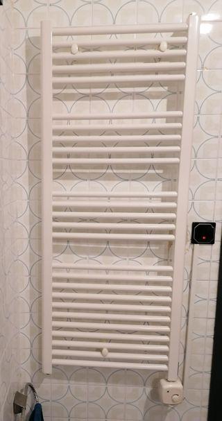 Radiador toallero blanco.