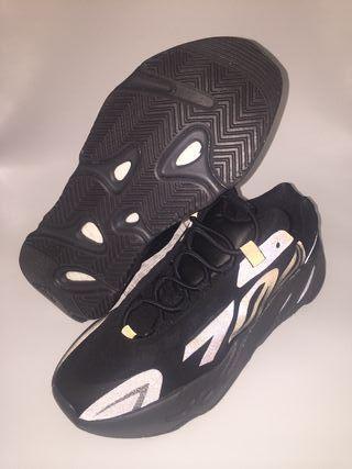"""Zapatillas Yeezy Boost 700 MNVN """"Triple Black"""" Nue"""