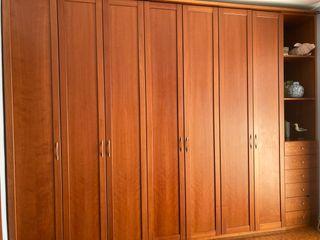 Elegante armario de madera de cerezo