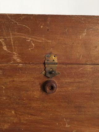 Balanza antigua en caja de madera