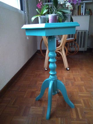 mesa auxiliar de diseño de madera.
