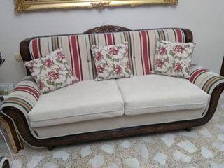 Sofá y dos sillones con talla de madera
