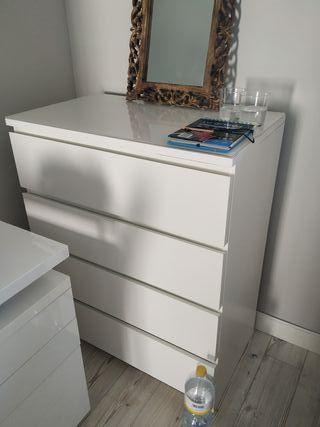 cómoda Ikea con 4 cajones y cristal blanco en la t
