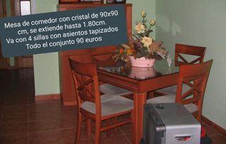Conjunto de mesa y sillas de comedor.