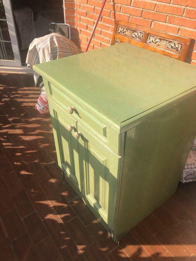 Mueble auxiliar verde con mesa extensible
