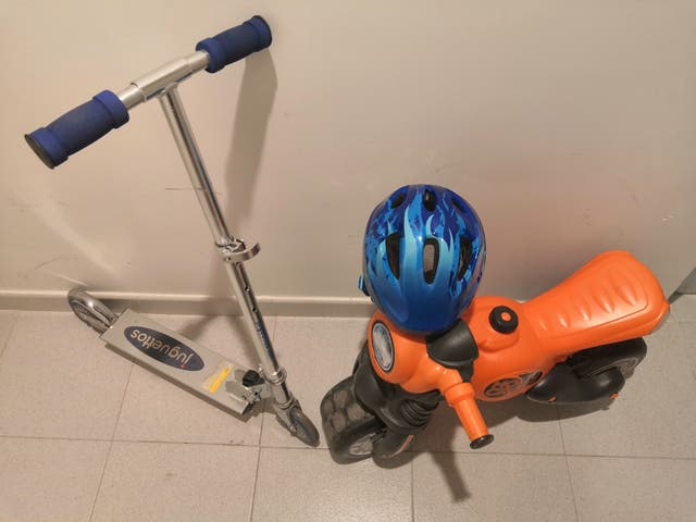 patinete y moto con casco