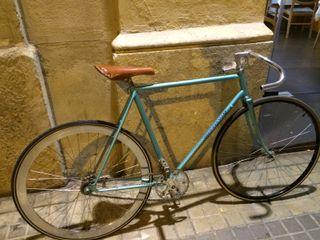 Bicicleta Peugeot convertida en fixie contrapedal